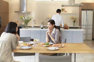 テーブルで食事を前に会話する女性二人の写真素材 [FYI02972865]