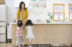キッチンで料理の準備をする親子の写真素材 [FYI02972866]