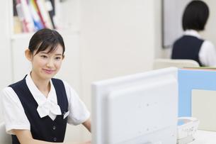 パソコンをする制服姿の女性の写真素材 [FYI02972868]