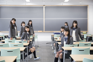 教室の席に座っている女子高校生たちのポートレートの写真素材 [FYI02972881]