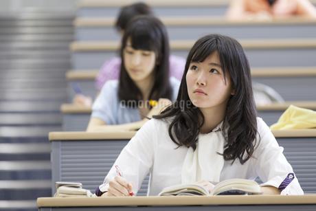 講義を受ける女子学生の写真素材 [FYI02972883]