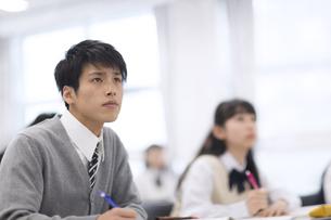授業を受ける男子学生の写真素材 [FYI02972887]