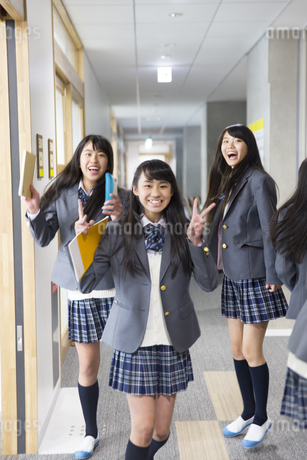 学校の廊下でポーズをとる3人の女子高校生の写真素材 [FYI02972888]