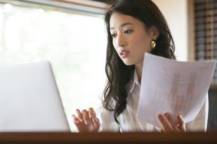 オフィスのデスクで仕事をするビジネス女性の写真素材 [FYI02972889]