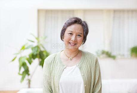 微笑むシニア女性の写真素材 [FYI02972890]