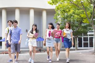 キャンパスを並んで歩く学生たちの写真素材 [FYI02972900]