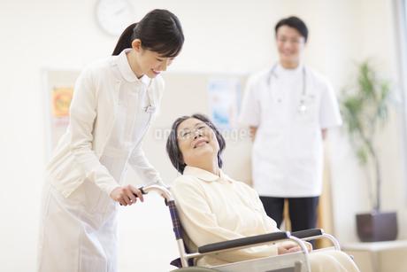 車椅子の患者に添う女性看護師の写真素材 [FYI02972907]
