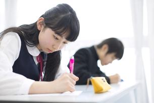 授業を受ける女子学生の写真素材 [FYI02972913]