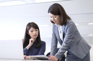 オフィスで打ち合せをするビジネス女性2人の写真素材 [FYI02972920]
