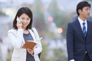 スマートフォンで通話するビジネス女性の写真素材 [FYI02972922]