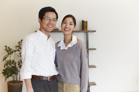 家の中で立つ夫婦のスナップの写真素材 [FYI02972928]