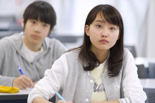 授業を受ける女子生徒の写真素材 [FYI02972956]