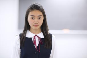 黒板の前で立つ女子学生のポートレートの写真素材 [FYI02972959]