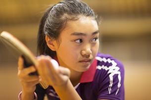 卓球をする女子学生の写真素材 [FYI02972960]