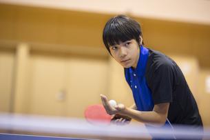 卓球をする男子学生の写真素材 [FYI02972962]