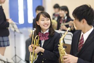 吹奏楽の練習をする男子学生と女子学生の写真素材 [FYI02972967]