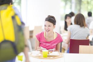 学食で食べながら笑う女子学生の写真素材 [FYI02972969]