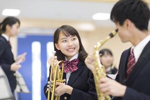吹奏楽の練習をする男子学生と女子学生の写真素材 [FYI02972973]