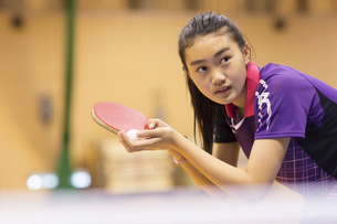 卓球をする女子学生の写真素材 [FYI02972976]