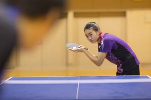 卓球をする女子学生の写真素材 [FYI02972979]