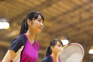 バドミントンをする女子学生の写真素材 [FYI02972981]