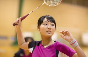 バドミントンをする女子学生の写真素材 [FYI02972983]