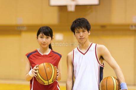 バスケットボールを持つ男子学生と女子学生の写真素材 [FYI02972986]