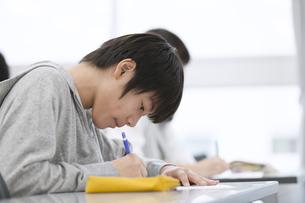 授業を受ける男子生徒の写真素材 [FYI02972987]