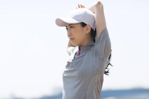スポーツウエアを着てストレッチをする女性の写真素材 [FYI02972989]