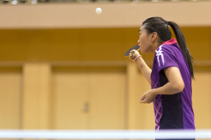 卓球をする女子学生の写真素材 [FYI02972991]