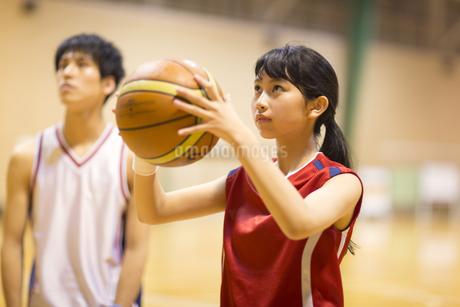 バスケットボールをする女子学生の写真素材 [FYI02972992]
