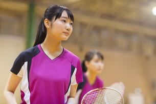 バドミントンをする女子学生の写真素材 [FYI02972993]