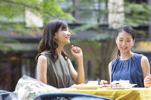 オープンカフェで食事をする女性2人の写真素材 [FYI02973002]