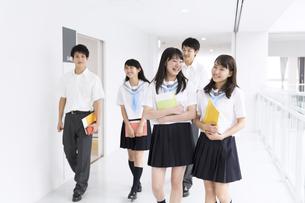 教材を持って笑いながら歩く学生たちの写真素材 [FYI02973004]