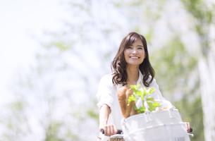自転車で買い物をする女性の写真素材 [FYI02973007]