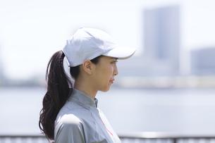 スポーツウエアを着た女性の横顔の写真素材 [FYI02973012]