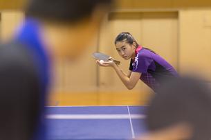 卓球をする女子学生の写真素材 [FYI02973013]