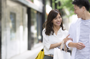 ショッピングを楽しむ男性と女性の写真素材 [FYI02973015]