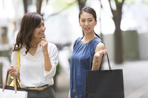 ショッピングを楽しむ女性2人の写真素材 [FYI02973020]