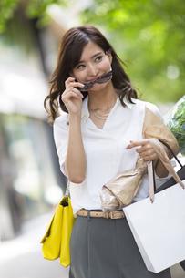ショッピングを楽しむ女性の写真素材 [FYI02973024]
