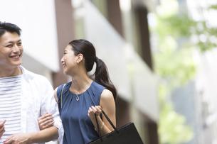 ショッピングを楽しむ男性と女性の写真素材 [FYI02973025]