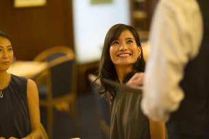 レストランで注文をする女性と店員の写真素材 [FYI02973026]