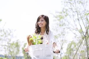 自転車で買い物をする女性の写真素材 [FYI02973029]