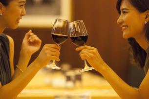 レストランで乾杯する女性2人の写真素材 [FYI02973031]