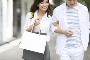 ショッピングを楽しむ男性と女性の写真素材 [FYI02973032]