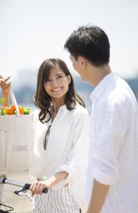買い物袋を持つ女性と男性の写真素材 [FYI02973036]
