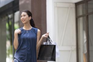 ショッピングを楽しむ女性の写真素材 [FYI02973037]