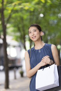 ショッピングを楽しむ女性の写真素材 [FYI02973039]