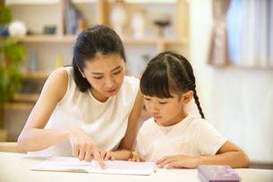 子供の勉強を見る母親の写真素材 [FYI02973040]