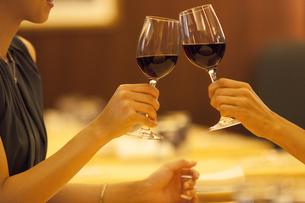 レストランで乾杯する女性の手元の写真素材 [FYI02973041]